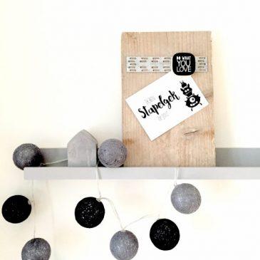 Dit magneetbord is gemaakt van gebruikt steigerhout en is voorzien van een mooie metalen kramplaat. Met behulp van een magneet kun je bijvoorbeeld een leuk kaartje ophangen.