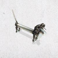 metalen tekkel hond metaal scrap metal bout bouten moer moeren dier diertje het noteboompje