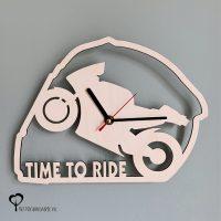 Klok helm racemotor motor motorfiets motogp motorrijden motorracen timetoride time to ride hout lasersnijder lasercutter berken berkenhout stil uurwerk het wandklok noteboompje