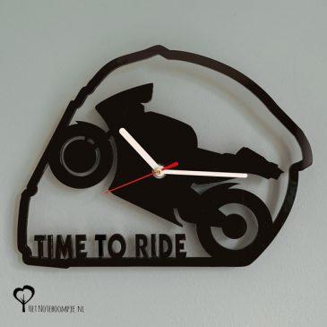 Klok helm racemotor motor motorfiets motogp motorrijden motorracen timetoride time to ride lasersnijder lasercutter zwart plexiglas perspex acrylaat stil uurwerk wandklok het noteboompje