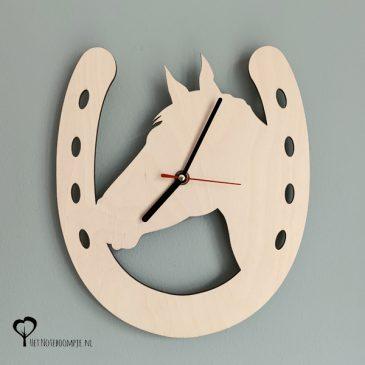 Klok wandklok hout paard paarden paardenhoofd paardenkop hoofd hoefijzer paardensport paardrijden lasersnijder lasercutter berken berkenhout stil uurwerk het noteboompje