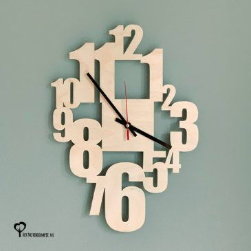 Klok wandklok hout getallen cijfers lasersnijder lasercutter berken berkenhout stil uurwerk het noteboompje
