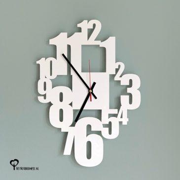 Klok wandklok wit witte plexiglas acrylaat getallen cijfers lasersnijder lasercutter berken berkenhout stil uurwerk het noteboompje