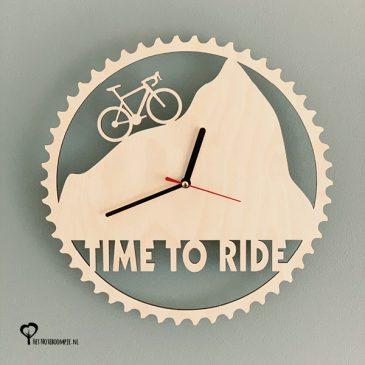 Klok racefiets wielrenklok wielerklok timetoride time to ride wielrennen cycling hout lasersnijder lasercutter berken berkenhout stil uurwerk het wandklok noteboompje