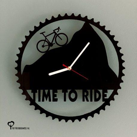Klok racefiets timetoride time to ride wielrennen cycling lasersnijder lasercutter zwart acrylaat plexiglas stil uurwerk het wandklok noteboompje
