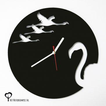 Klok flamingo flamingos flamingo's vogel dier vliegen lasersnijder lasercutter zwart plexiglas perspex acrylaat stil uurwerk wandklok het noteboompje