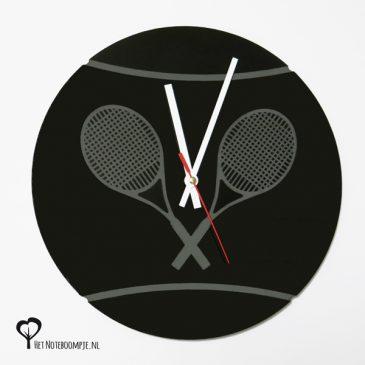 Klok tennis tennisbal tennisracket tennisrackets lasergraveren lasergraveerder lasersnijder lasercutter zwart plexiglas perspex acrylaat stil uurwerk wandklok het noteboompje