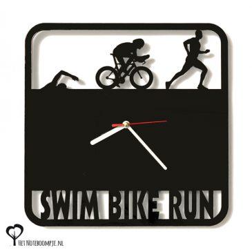 Klok triathlon triatlon zwemmen wielrennen hardlopen marathon swim bike run ride lasersnijder lasercutter zwart plexiglas perspex acrylaat stil uurwerk wandklok het noteboompje